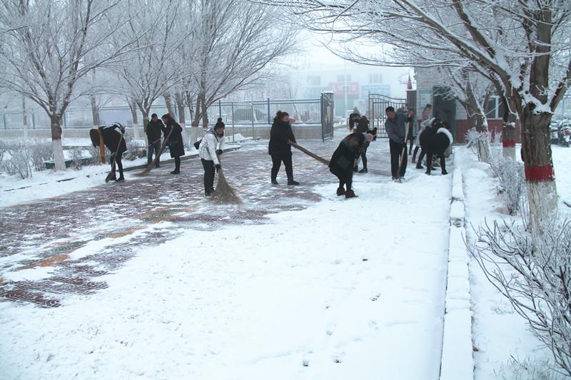 淖毛湖镇 老师家长齐扫雪 雪后天冷情却暖图片