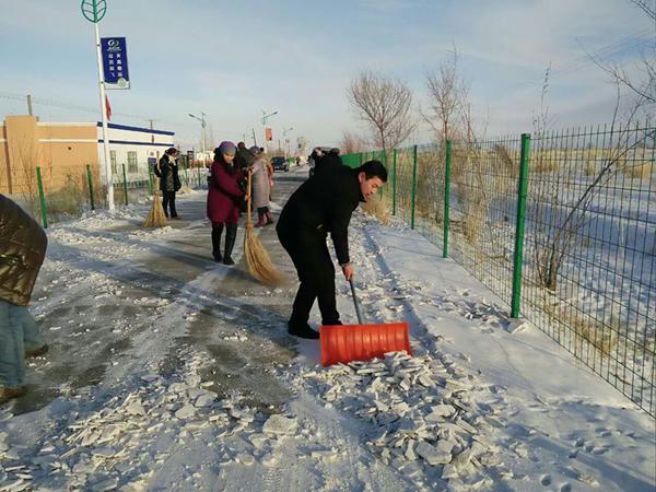 将道路两旁雪被打扫的干干净净.   此次扫雪活动,不但锻炼了身体,图片